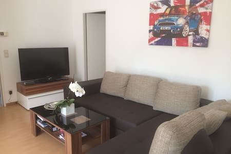 Wohnung mit Balkon nahe Stadtgrenze - Huis