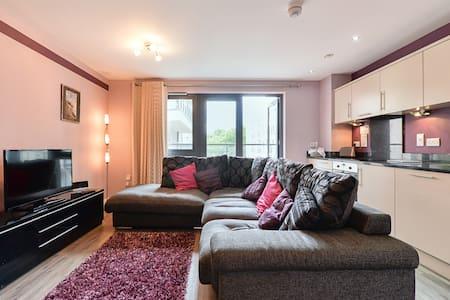 Spacious 2-bed, 2-bath apartment - Woking - Apartemen