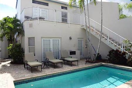 This fully equipped studio apartment has a queen size bed, mini-kitchen, cable TV, and Internet. It is located on the ground floor of the guesthouse building. It is separated from the main house by a private clothing optional pool in a completely secluded courtyard.