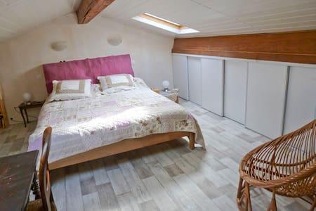Chambre privée - cuisine et sd'eau - House