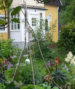 Hus från 30-talet med stor trädgård - Huis