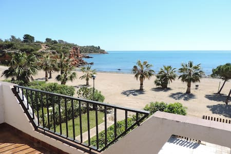 SEAFRONT VILLA WITH DIRECT ACCES TO THE BEACH! - L'Ampolla - Byhus