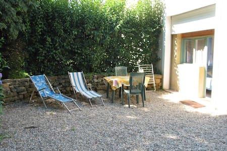 Chambre  sur parc de 6000 m2 - Vers-Pont-du-Gard - Bed & Breakfast