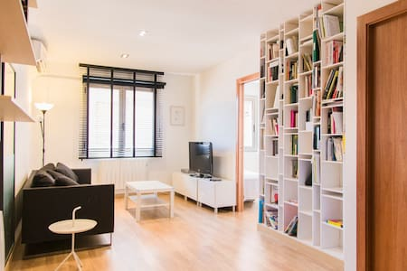 Bright apartment, very centric and convenient, located next to Paseo de Gracia and Plaza Catalunya. The apartment can accommodate four people.