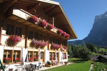 Gästezimmer im Chalet Guggenhubel - Grindelwald - Bed & Breakfast