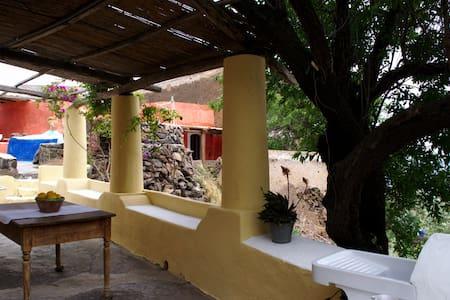 ALICUDI, Tonna, casa del Mandorlo - Alicudi - Casa