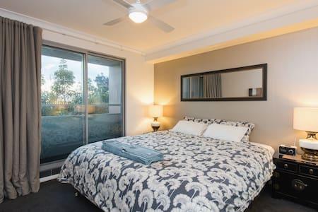 The Biggest Bed in Sydney + Parking - Redfern - Wohnung