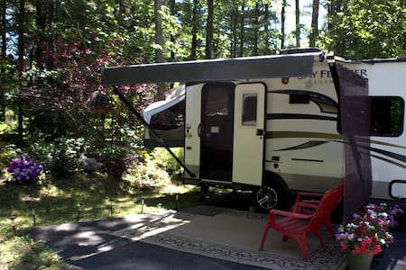 """Camping"" in Style! Traverse City - Autocaravana"
