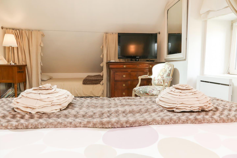 Chambre romantique avec bain balnéo   bed & breakfasts à louer à ...