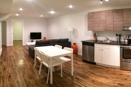 Beautiful Fully Furnished Suite w/ Big Backyard - Haus
