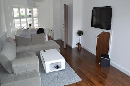 Light, clean, spacious double bed - London - Rumah