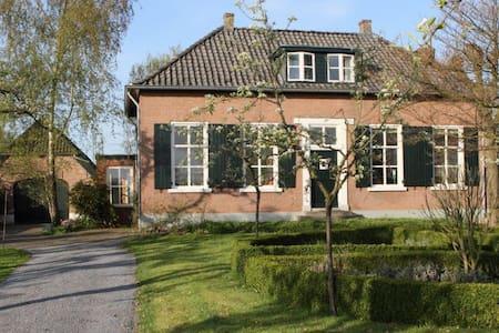 Rustig gelegen boerderij met tuin - Randwijk - Huis