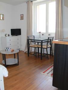 Joli Studio Rénové, Proche Place de la République - Appartement