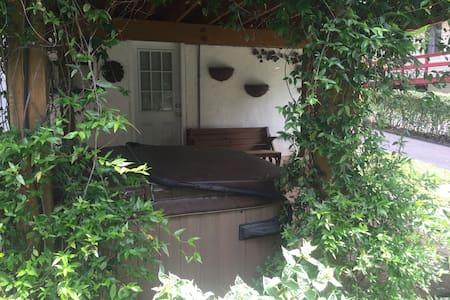 2 bedroom house near train station. - Casa