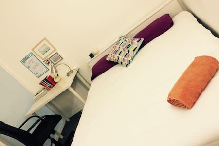 Comfy private bedroom in the CBD!