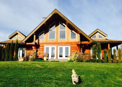 Beautiful log farmhouse  near bay - Bed & Breakfast