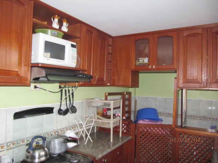 Vista de la cocina; al fondo se aprecia la lavandería