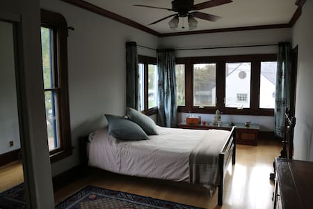 Beautiful room in large victorian house - Glendale