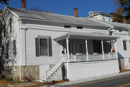 1845 Greek Revival at Mystic River  - Casa