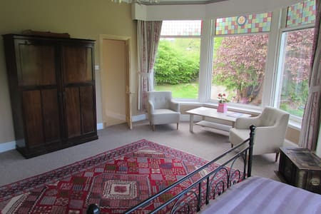 Very large ensuite room with views to the hills - Aamiaismajoitus