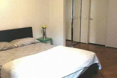 Perfect location in the city with a spacious master bedroom with an ensuite bathroom. Walking distance to main attractions, markets, CBD and Darling Harbour. A minutes walk to buses/light rail.  Sharing with two lovely English couples. THE ROOM IS ONLY AVAILABLE FROM THE 11th DECEMBER TO THE 28th DECEMBER!!!