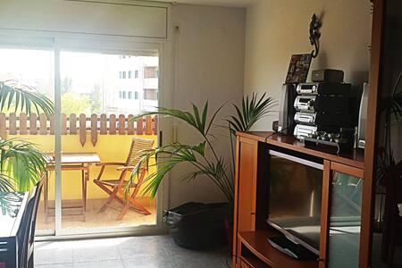 Gran apartamiento soleado La playa y metro a 5 min - Badalona - Condominium