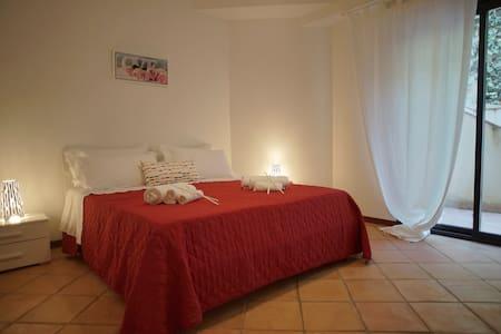 Casa Vacanze MEGAROON Stanza Rossa - Villa