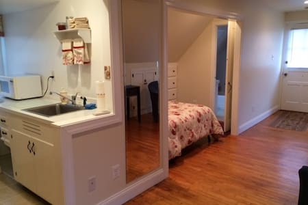 Studio apartment over garage with private entrance - King of Prussia
