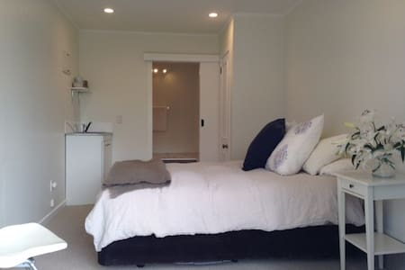 Self Contained Studio close to City - Auckland