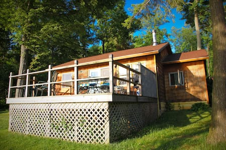 Charming lakeside cottage on beach - Auburn - Cabin