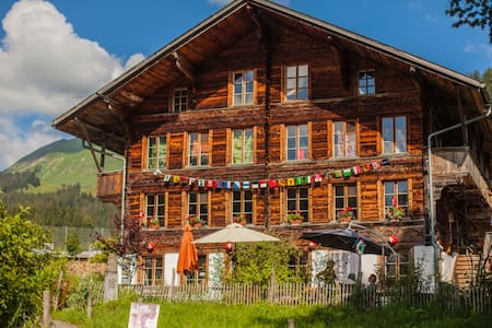 Swiss Chalet on Organic Farm / Zimmer i.d. Bergen - Casa de huéspedes