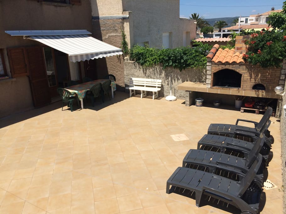 Terrasse privée de 80m2 de  avec barbecue et four à pizza en pierre / Private Terrace of 80m2 with stone barbecue and pizza oven