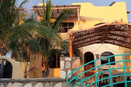 Artful 2 bdrm casa near sandy beach