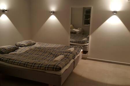 Nice room for a family, own floor, own entrance - Stoccolma - Villa