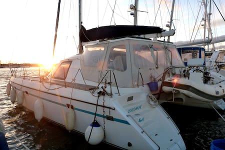 BnB ON A SAILING CATAMARAN AT CAP d 'AGDE HARBOUR. - Boat