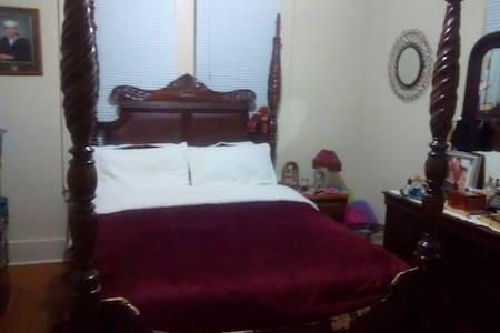 Queen bed, pillowtop