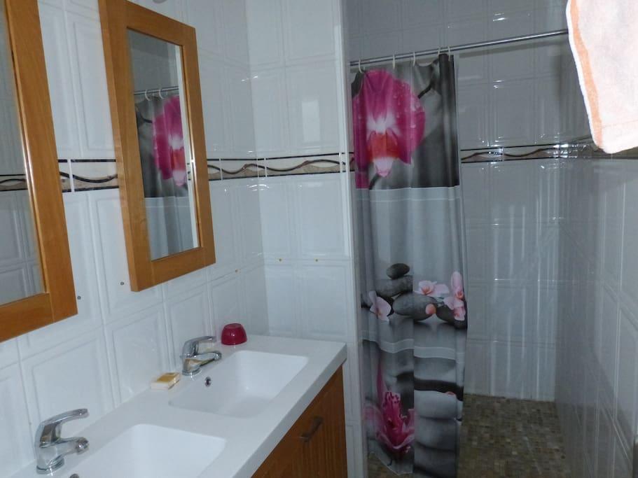 Salle d'eau attenante à la chambre réservée aux vacanciers