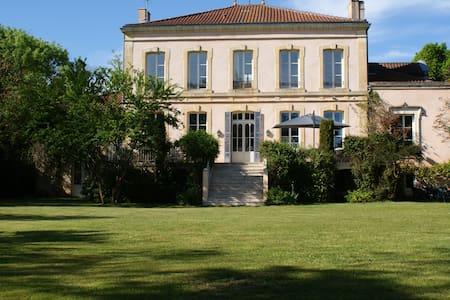 CHÂTEAU DE GRENIER Chambres d'Hôtes - Wikt i opierunek