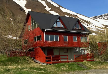 Spacious villa in the Westfjords - Flateyri - House