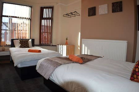 Cozy Twin Room in Birchfields Guest House - Manchester