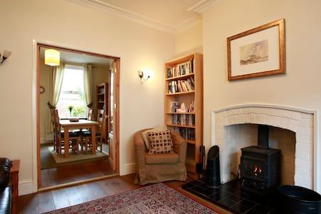 Beeston 3 bed home: great location - Beeston - Casa