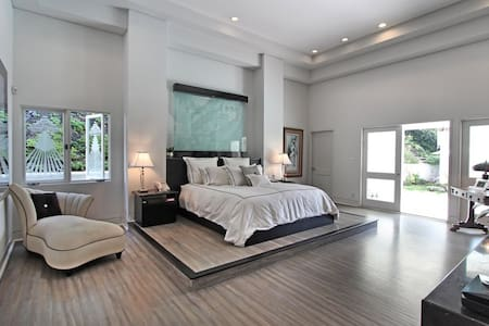 Beverly Hills Modern 5BR w/ pool! - Beverly Hills