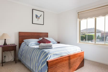 This gorgeous 2 bedroom unit is very conveniently placed near the Reservoir train station and multicultural shops, both only one street away. The whole home is filled with light, both rooms have a double bed and generous wardrobe.