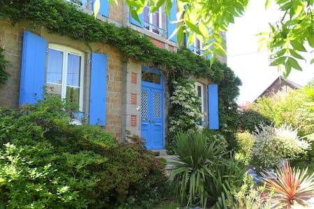 L'HEURE BLEUE :  SEJOUR EN MAYENNE - Fougerolles-du-Plessis - Bed & Breakfast