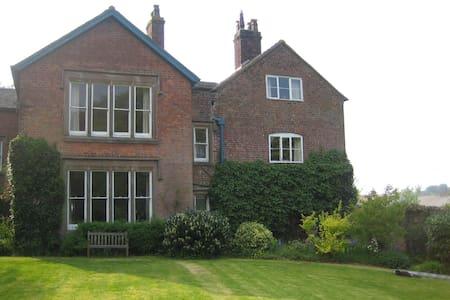 Spacious farmhouse accomodation - Market Drayton - Huis