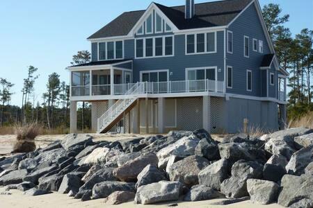 Modern House on a Private Beach - Casa