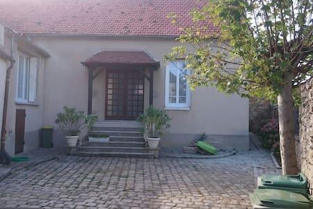 Belle maison de campagne avec jardin . - House