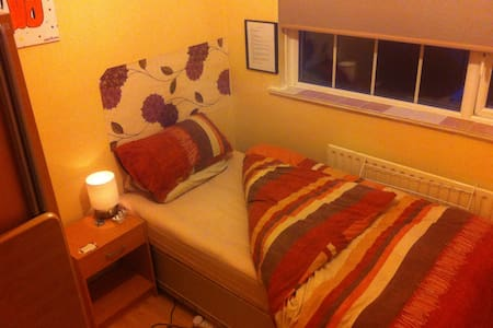 Nice cosy single bedroom in family home hardwood floors throughout.