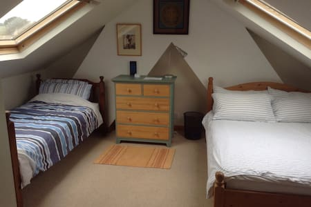 Bright, spacious loft room - Totnes
