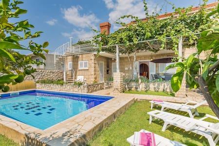 Sunny and comfortable House Matic Cilipi/Dubrovnik - Čilipi - Talo